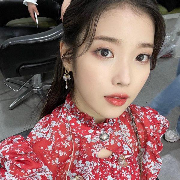 korean makeup look 2021 IU sheer glitter eyeshadow
