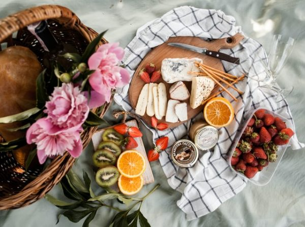 what to bring for picnic snacks food and drinks basket sandwich fruits