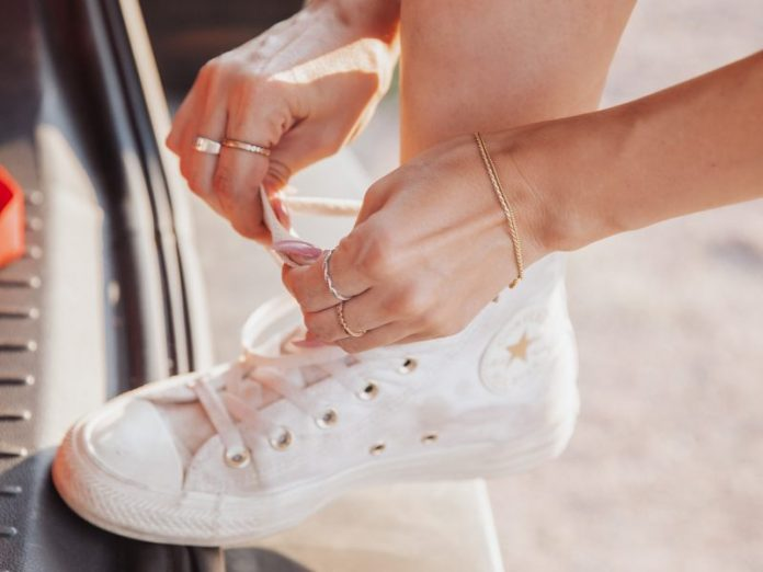 shoelace style converse tying laces