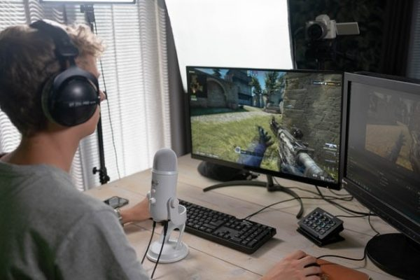 microphone to talk to to game streaming viewers how to start streaming on twitch boy dual monitor setup shooting game