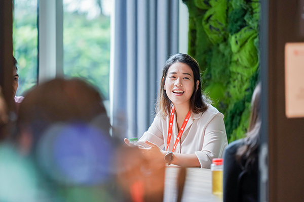 Peizi in a discussion with other Shopee CLT Programme Associates